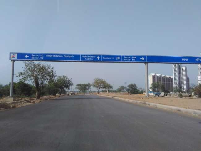 Signage towards Delhi on Dwarka Expressway