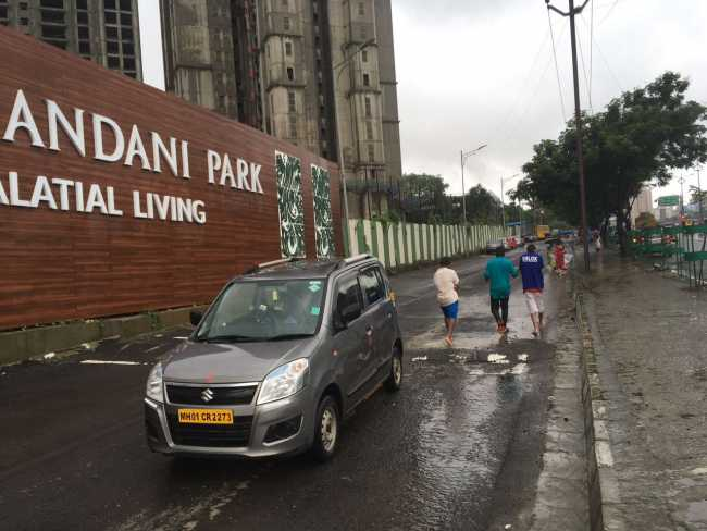 Hiranandani One Park: Approach Road